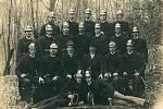 Vinary - Společná fotografie místních dobrovolných hasičů z roku 1925. Skupinová fotografie vznikla v areálu Skalka. Sbor byl vybaven výstrojí, která byla pořízena z darů občanů, kteří v obci žili.