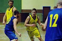Basketbalisté Přerova (ve žlutém) v derby s Lipníkem nad Bečvou. Rostislav Děrda.
