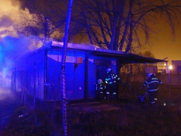 Požár unimobuňky v ulici Generála Štefánika likvidovali v pátek v noci hasiči.