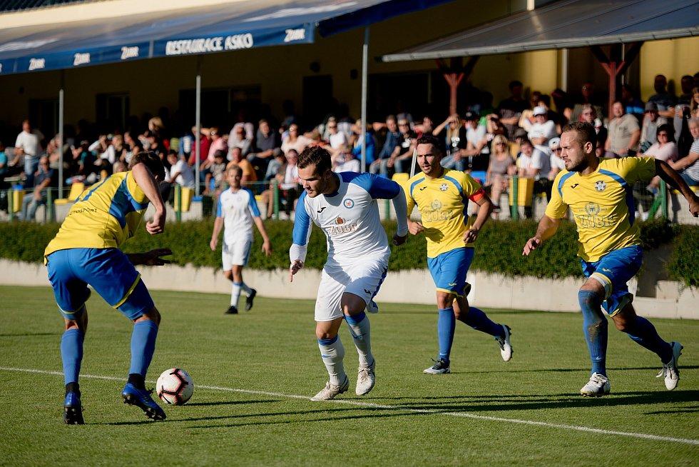 Fotbalisté FK Kozlovice (ve žlutém) v derby s přerovskou Viktorií