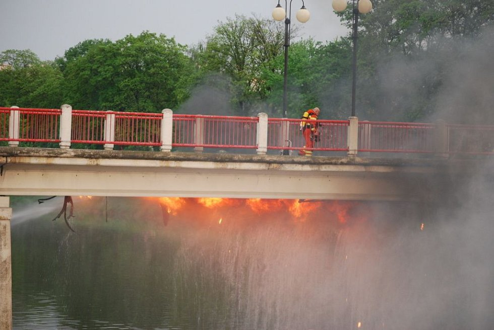 Zásah hasičů, kteří v pátek bojovali s plameny na lávce U Loděnice, trval až do setmění.
