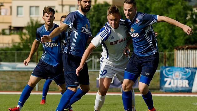 Fotbalisté 1. FC Viktorie Přerov (v modré) porazili Dolany 4:2 a přiblížili se postupu do divize