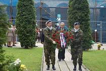 Na třech pietních místech v Přerově se v pondělí odpoledne vzpomínalo na oběti druhé světové války – mimo jiné i u památníku obětem Přerovského povstání na městském hřbitově.