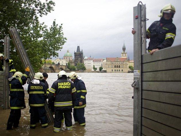 Hasiči v Praze staví protipovodňové zábrany