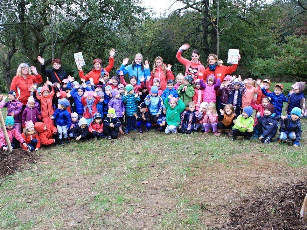 Stromy si zasadily v pondělí v Libosadu Malý Noe také děti z Keramické mateřské školy v Přerově