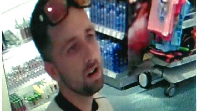 Pachatele krádeže drogistického zboží v Přerově zachytil kamerový systém.
