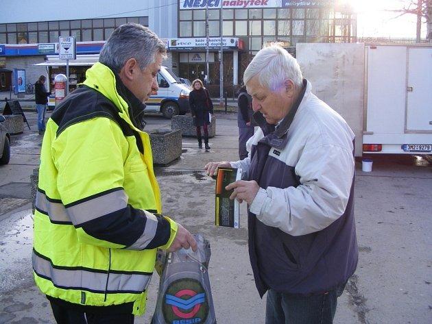 Policisté skrajským koordinátorem Besipu rozdali seniorům na sto reflexních pásek