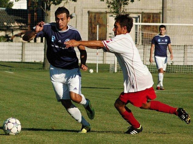 Lumír Stoklásek, hrající trenér FK Troubky (v tmavém)
