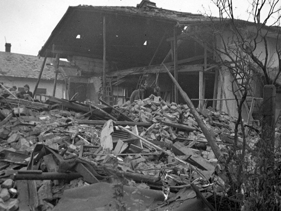 Pohled ze zadního traktu na trosky domu v Kozlovské ul. č. 153 v Přerově zasaženého leteckou pumou 20. 11. 1944, v němž zahynuli 3 členové rodiny Sadilovy