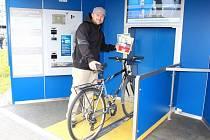 Cyklista a jubilejní zákazník věže pro kola Jakub Hřib.