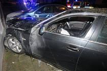 Mladík v BMW při zběsilé jízdě Přerovem demoloval zaparkovaná auta