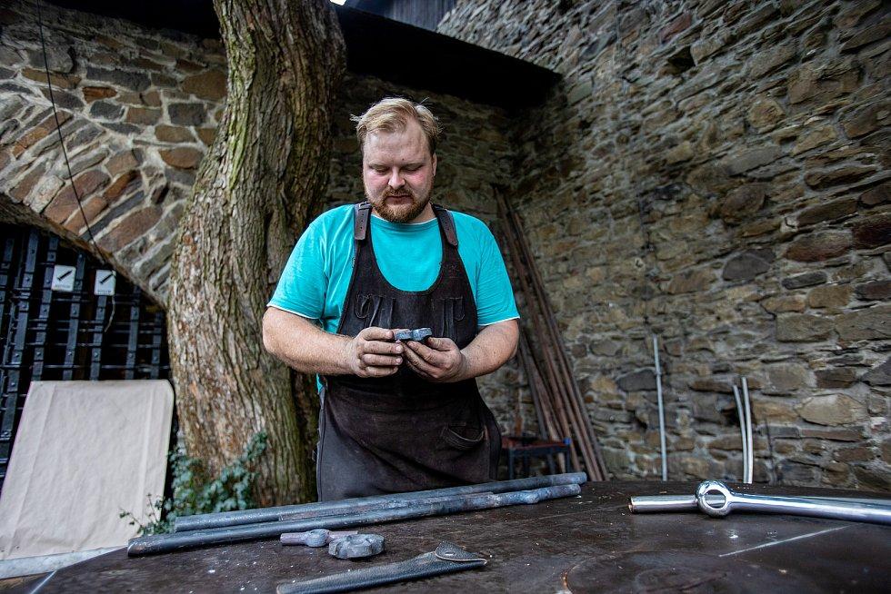 Účastníci Kovářského fóra na Helfštýně pod vedením Antona Vadoviče vyrábí v historické kovárně na III. nádvoří unikátní dílo pro hrad, 24. srpna 2021