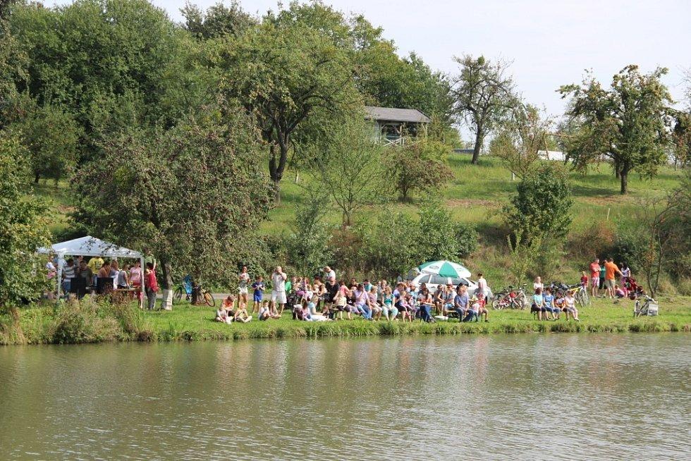Na rybník v Drahotuších vyplulo jediné plavidlo.