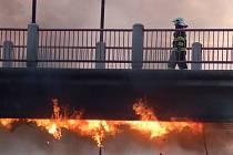 Požár, který vznikl od elektroinstalace na lávce U loděnice