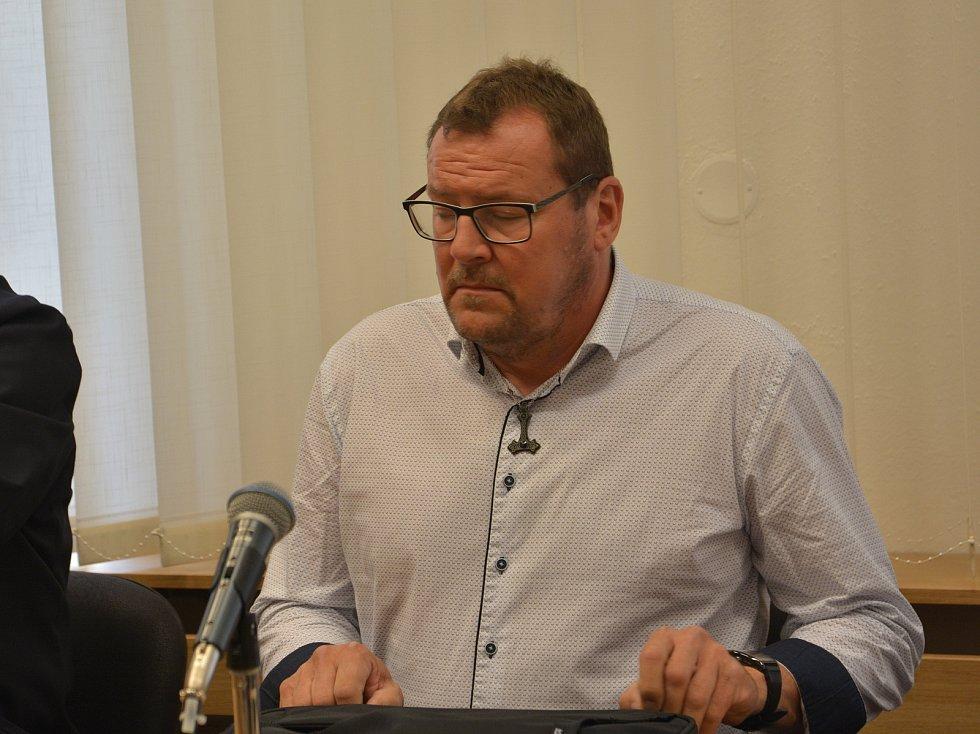Přerovský zastupitel Marek Dostál (ODS) u přerovského okresního soudu, který vynesl rozsudek v kauze sexuálního nátlaku