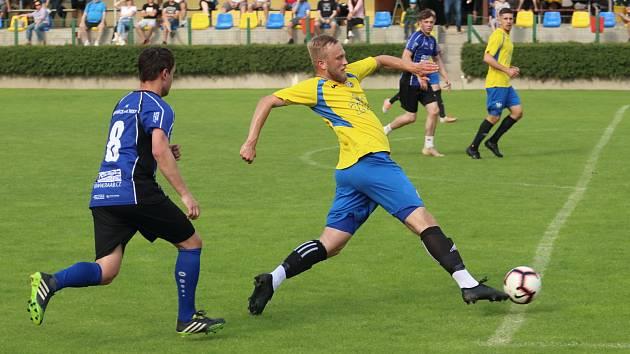 Přátelské utkání mezi domácími Kozlovicemi (ve žlutém) a Bystřicí pod Hostýnem.