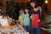 V sobotu i v neděli se v Rouském konala již sedmá vánoční výstava, kterou ozdobily vánoční a adventní věnce, svícny a svíčky, květiny, aranžmá, keramika i perníky.