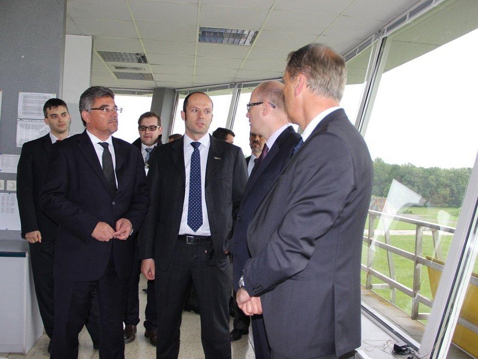 Řídící věž bochořského letiště, se kterým se v budoucnu počítá jako s průmyslovou zónou, si prohlédl ve čtvrtek ráno český premiér Bohuslav Sobotka (ČSSD).