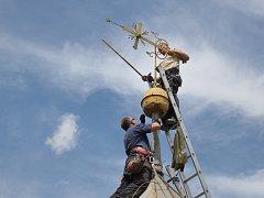 V Dřevohosticích se pustili do rekonstrukce venkovní části zvonice ze 16. století. Hotovo by mělo být v polovině září.