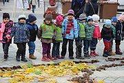 Originální koberec z přírodnin vznikal ve středu dopoledne na náměstí T. G. Masaryka pod rukama dětí z přerovských mateřských škol. Děti si s sebou přinesly listí, šišky, ale i kukuřičné šustí.