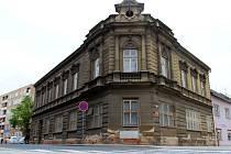Jedním z objektů, který hyzdí centrum města, je bývalý Blažkův dům na náměstí T. G. Masaryka, kde v minulosti sídlila vojenská správa