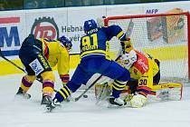 Hokejisté Přerova (v modrém) ve 3. čtvrtfinále proti Českým Budějovicím.