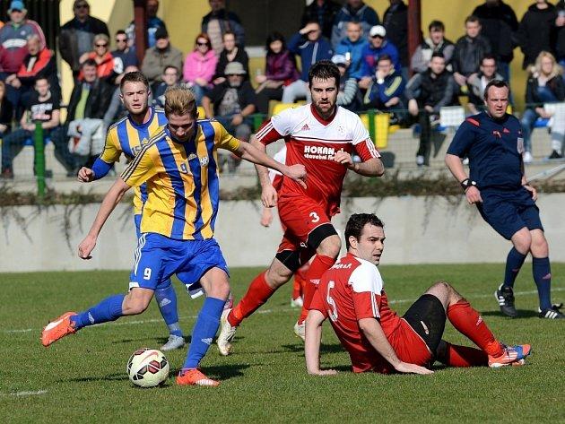Fotbalisté Kozlovic (v pruhovaném) proti Bystřici nad Pernštejnem
