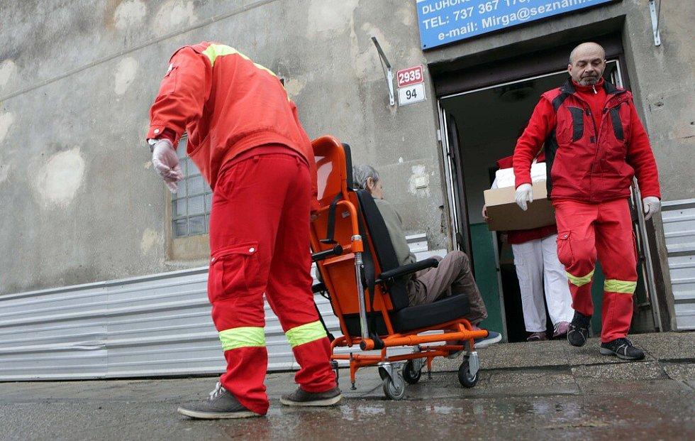 Odjezd posledních klientů z lazaretu v Dluhonské ulici v Přerově