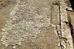 Celkový pohled na odkrytou část renesanční dlažby a základy hospodářské přístavby na nádvoří paláce na Helfštýně