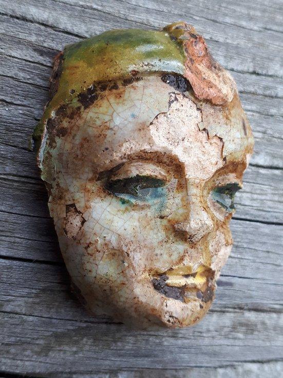 Unikátní antropomorfní aplikace na keramickém poháru vpodobě hlavy šaška.