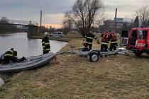 Smutný konec mělo pátrání po ztraceném kříženci vlčáka, kterého od soboty pohřešovala jeho majitelka z Přerova. Pes se utopil v Bečvě a jeho tělo uvízlo na jezu. Vyprošťovat tělo pomáhali strážníci spolu s hasiči.