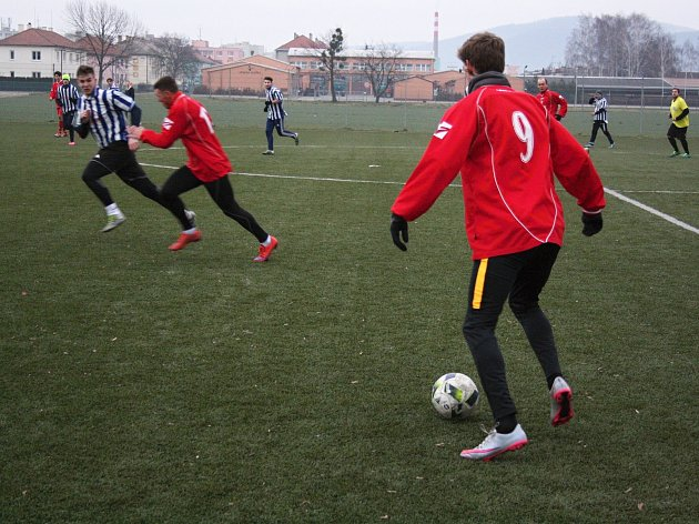 Fotbalisté Želatovic (v červeném) v přípravném utkání s Lipníkem nad Bečvou.