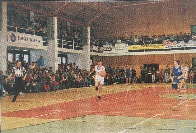 Vroce 1995sledovala utkání basketbalistek vnejvyšší soutěži přeplněná městská sportovní hala.