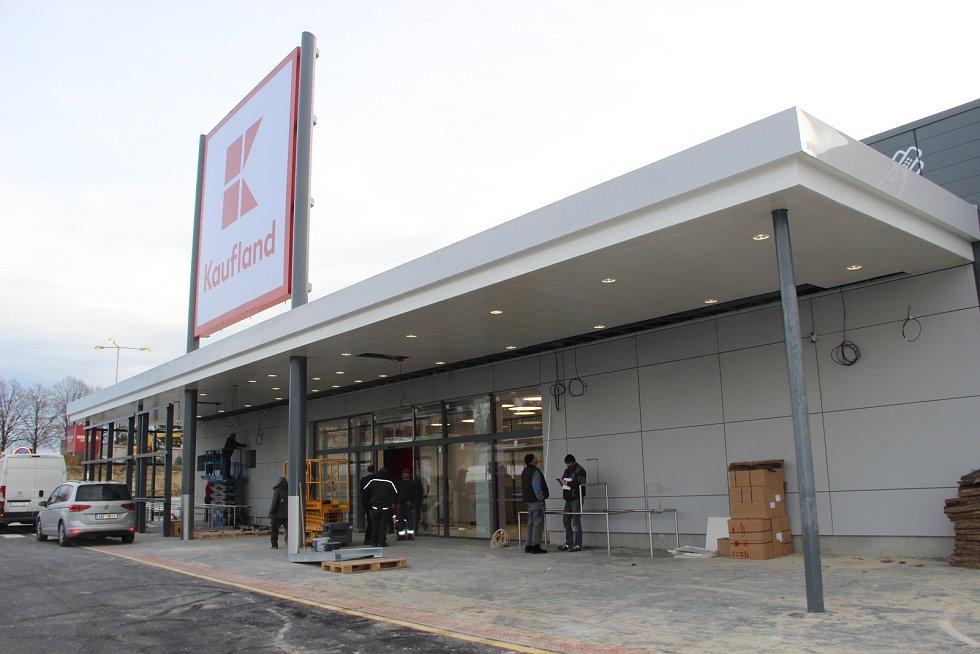 Stavba nákupního centra v areálu bývalých Želatovských kasáren v Přerově v listopadu 2017