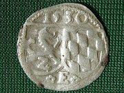 Stříbrný dvoufenik, nalezený tento týden při archeologickém výzkumu v lokalitě Na Marku. Určení stáří: Pasov, biskupství, Arnošt Bavorský (1517–1540), 2pfennig 1530, určil numizmatik Kamil Smíšek z Národního muzea v Praze