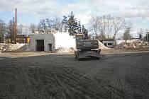 V průmyslovém areálu v Brodku u Přerova začala demolice nebezpečné továrny.V současné době probíhají demoliční práce skladových objektů