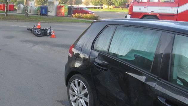 Na dřevohostickém náměstí se srazil motorkář s osobním automobilem.