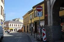 Obchodníci z Mostní ulice v Přerově sepsali petici – vadí jim změna dopravního značení v centru, kvůli které zde nemůžou zastavit vozidla zásobování ani zákazníci. Pod peticí už je na pět desítek podpisů.