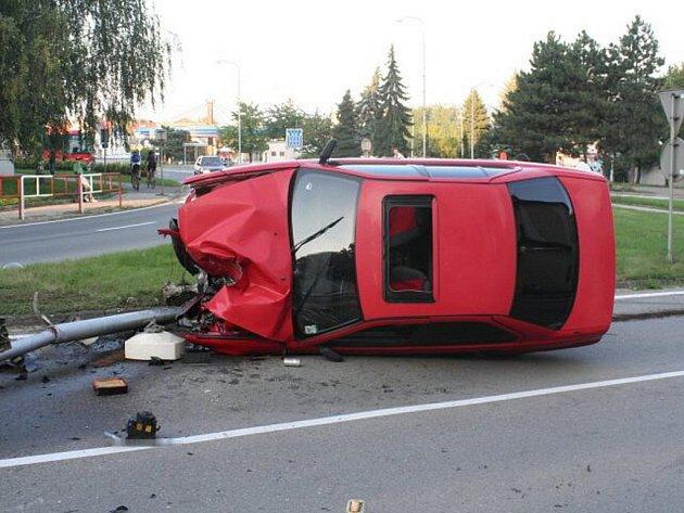 Na autě, které si v neděli devětadvacetiletý řidič vypůjčil bez dovolení od svého bratra, a opilý s ním havaroval v Lipníku nad Bečvou, vznikla škoda za padesát tisíc korun.