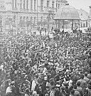Několik stovek Přerovanů se shromáždilo 29. října 1918 na Dolním náměstí (dnes Masarykovo). O událostech informovaly na titulní straně také tehdejší noviny Přerovský Obzor.