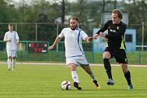 Fotbalisté Přerova (v bílém) proti Dolnímu Benešovu.