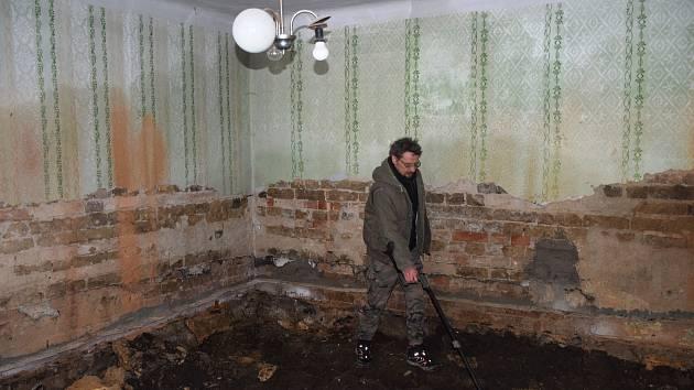 Archeologové našli v sondě, položené v rohu obytné místnosti nejstaršího domu v Tučíně, soubor zlomků keramiky ze 12. století.