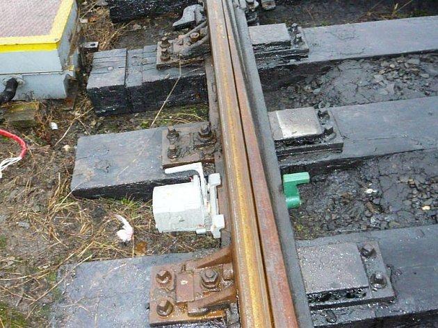 Zaměstnanec Českých drah se musí před povolením jízdy vlaku přesvědčit, zda jsou klíče od výhybek na svém místě.
