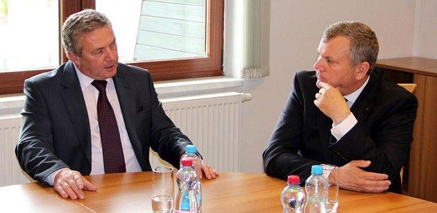Ministr dopravy Antonín Prachař na debatě vDrahotuších