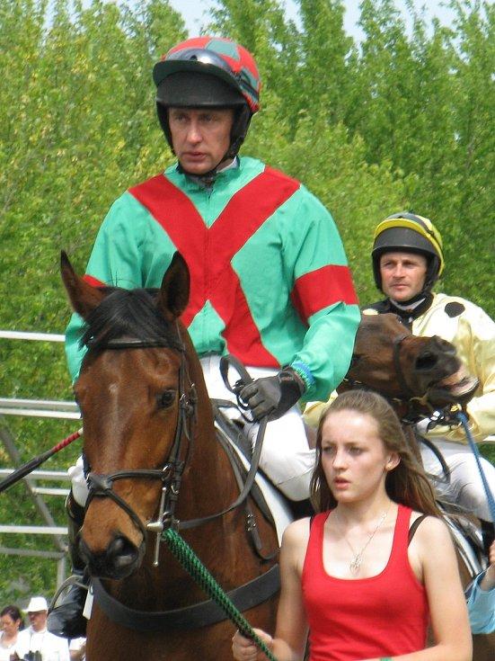 Na kontě má několik vítězství, vychoval řadu mladých žokejů a postaral se o rozvoj jezdeckého sportu na Přerovsku. Pavel Složil z Radslavic zasvětil celý život koním.