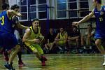 Basketbalisté Přerova (ve žlutém) v derby s Lipníkem nad Bečvou. Marek Bešina.