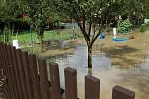Zaplavená zahrádkářská kolonie u nemocnice v Přerově po pondělní bouřce