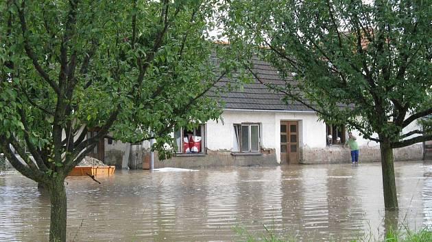 Dům, který byl ve Všechovicích zaplaven při posledních přívalových deštích, znovu zalila voda. Kromě něj byly při bouřce s kroupami zatopeny i sklepy a zahrady ve Všechovicích a okolí.