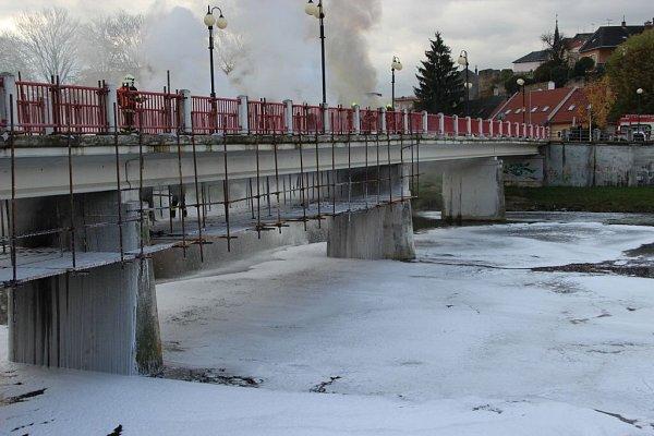 Hasiči zasahují upožáru lávky ULoděnice vPřerově. 18.října 2013