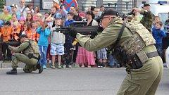 Občan a bezpečnost: ukázky zásahů v podání policie, hasičů, ale i vojáků ze 71. mechanizovaného praporu v Hranicích na prostranství u policejní budovy u přerovského výstaviště